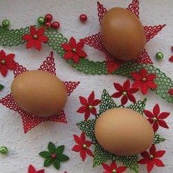 Zde jsem ponechala vaječné skořápky v jejich přirozené barvě a doplnila jsem je červenými a zelenými košíčky a dalšími doplňky, které jsou určeny k ozdobení slavnostního stolu.