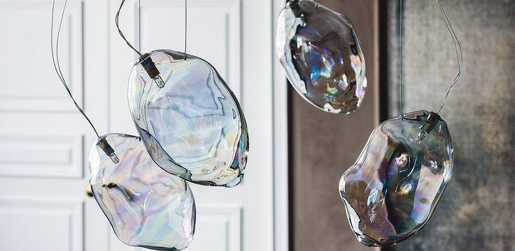 Lampada a soffitto e abat-jour. Abat-jour con cristallo iride e base in acciaio Nichel satinato. Lampada a soffitto con paralume in cristallo iride o fumè. Atta