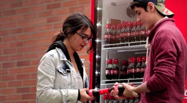 """コカ・コーラが新入生に無料配布した、""""友達作りのきっかけ""""になるペットボトル     AdGang"""