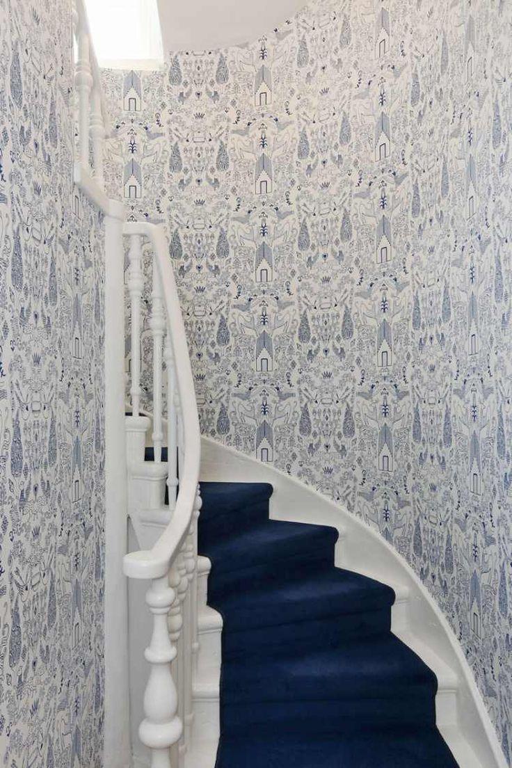 décoration escalier en papier peint superbe et tapis bleu marine noble
