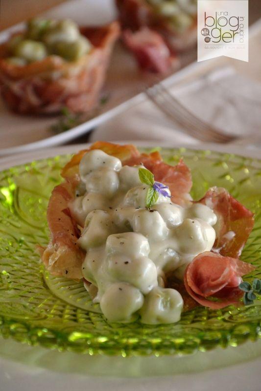 Gnocchi al basilico con crema di parmigiano e cestino di crudo