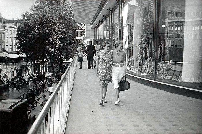 Lange Viestraat   Galeries Modernes 1941: Met een winkelstraat op de eerste verdieping boven de Oudegracht (Links)