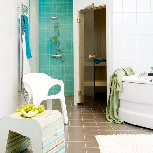 Turkost och brunt badrum