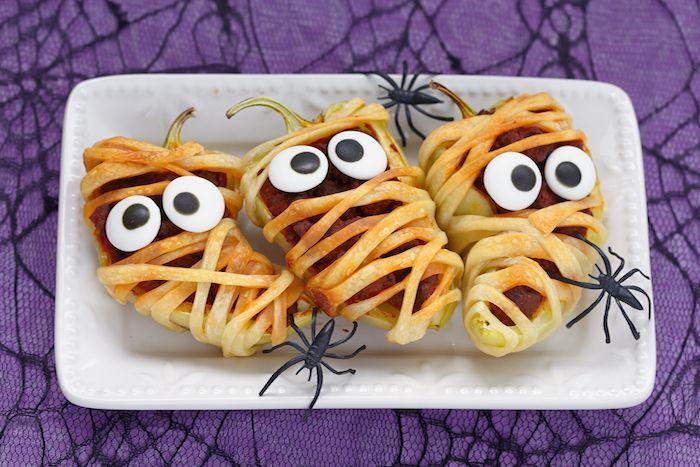 Halloween mumier av smördeg och paprika