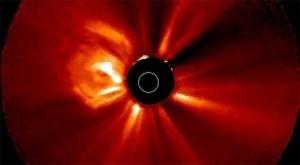 Después de varios días en los que el Sol ha mostrado una gran actividad, el observatorio espacial STEREO de la NASA ha captado, el pasado 21 del corriente, una eyección de masa coronal (CME, por sus siglas en inglés), una gigantesca nube ardiente de partículas y radiación que ha salido disparada desde la superficie del astro rey hacia el espacio. + info: http://www.ecoapuntes.com.ar/2012/11/el-sol-lanza-otro-bombazo/