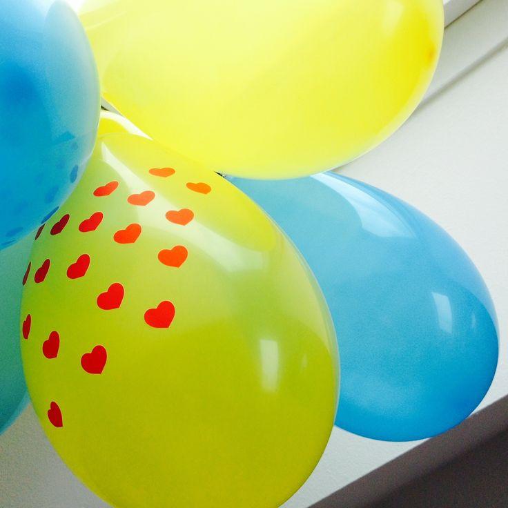 Balónky ozdobené samolepícími srdíčky, můžete však použít i jiné motivy.