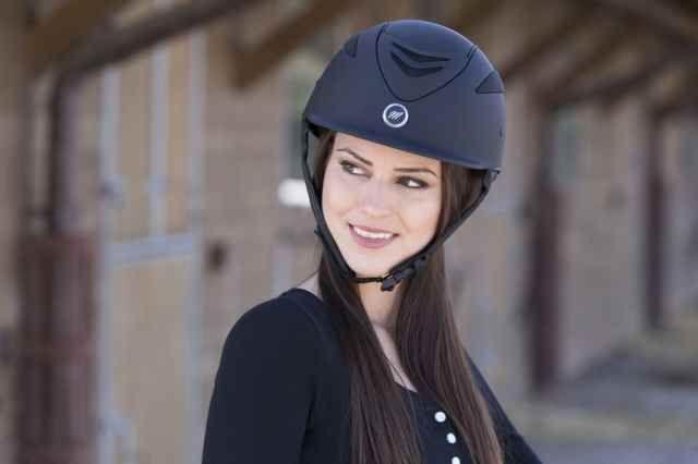 """Casco equitazione Equitheme modello """"Air"""" colore nero opaco."""