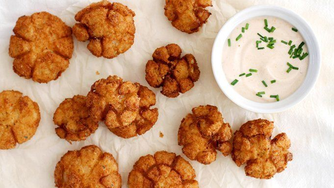 Mini deep-fried onions with a creamy, spicy yogurt dip – the perfect party food!