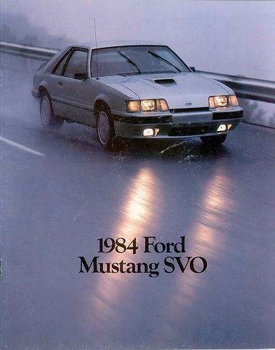 """REDES SOCIALES FORD te presenta El SVO Mustang fue presentado en 1984 y permaneció en producción durante tres años hasta 1986. SVO significa """"Equipo de Operaciones de Vehículos Especiales"""". que era un división especial a cargo de las partes de alto rendimiento y de promover la participación de Ford en carreras. También en 1984, el SVO introdujo la tecnología de """"turbo cargado"""" para conseguir un mejor desempeño de su motor de cuatro cilindros."""