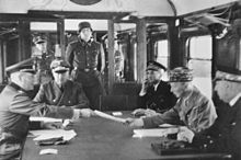22 juin 1940 - Quatre jours après l'appel du général de Gaulle, l'Allemagne et la Françe gouvernée par Philippe Pétain signent une armistice. Adolf Hitler exige que l'armistice soit signé au même endroit que celle de 1918, dans la clairière de Rethondes, en forêt de Compiègne. (Source: Wikinews - Wikipedia)