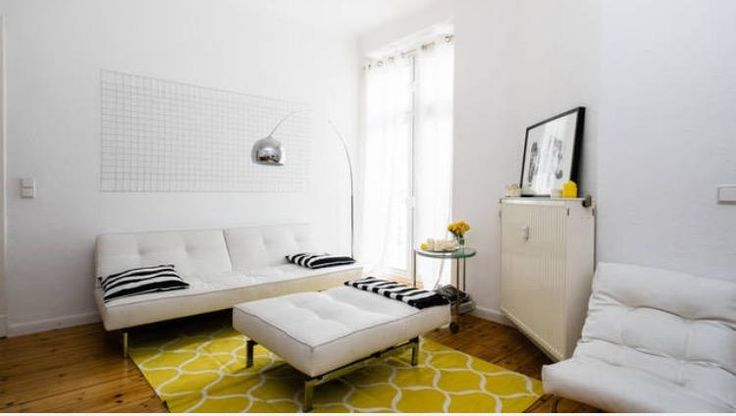 Frische, helle Farbtöne ermöglichen eine angenehme und  frühlingshafte Stimmung im Wohnraum. Abgerundet wird der Frühlings-Wohnzimmer-Look mit einem netten gelebn Sträußchen! #frühling #deko #einrichten #ideen
