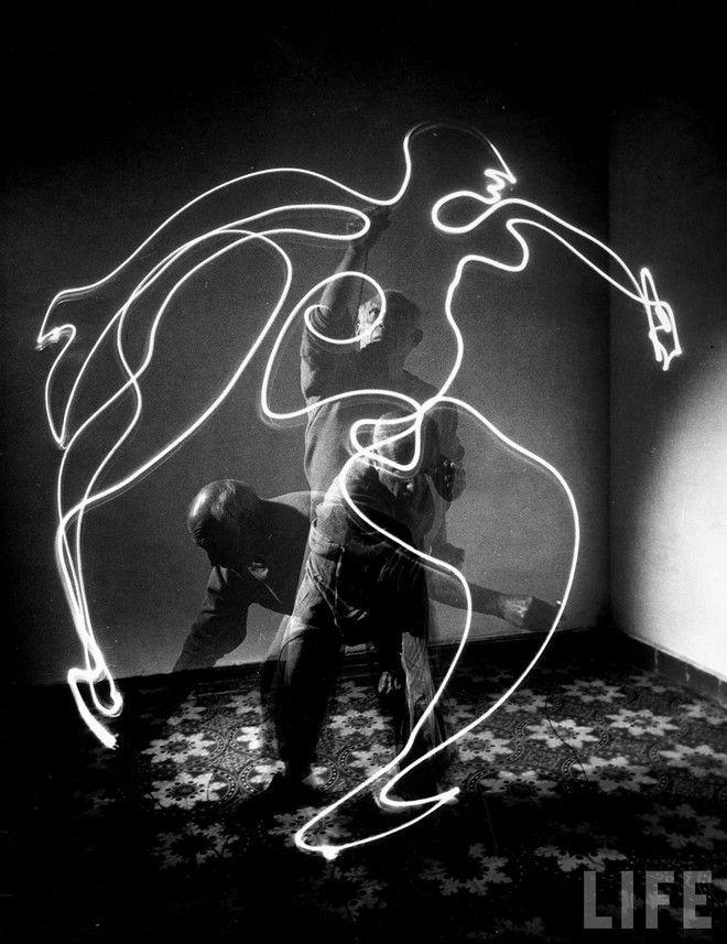 Picasso by gjon mili: Lights Art, Trav'Lin Lights, Gjon Mili, Picasso Drawings, Picasso Lights, Lights Paintings, Pablopicasso, Pablo Picasso, Lights Drawings