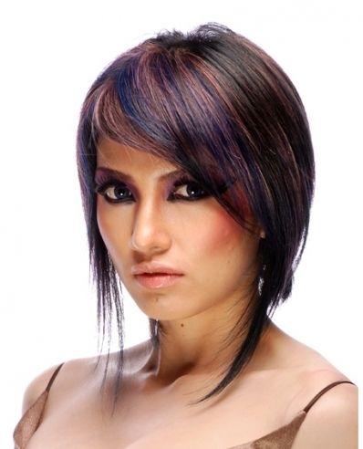 Cheveux courts teintés mauve, rose et bleu