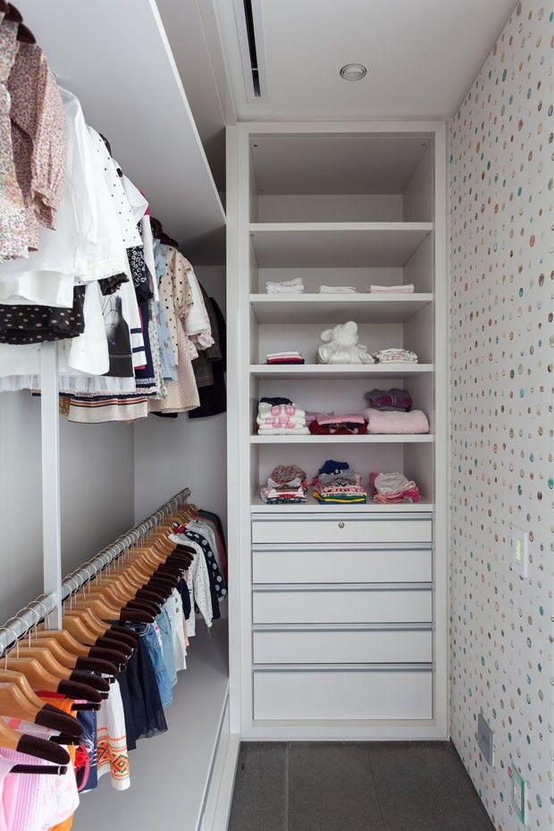 Editorial Kiko Salomão. O closet da filha recebeu armário embutido do chão ao teto e cabideiros de metal.
