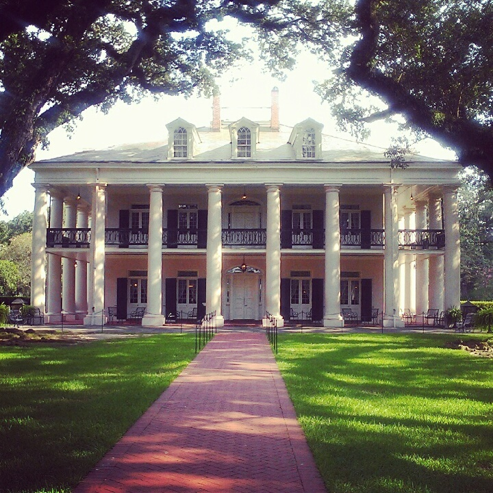 Oak Alley Plantation . . . a Civil War era plantation home. Can I please move to the south?!?!?