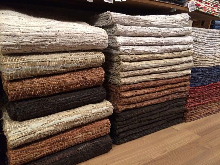 Chegaram e já estão disponíveis nas lojas e no site os tapetes de couro da Índia em várias medidas. www.sacariasantoandre.com.br