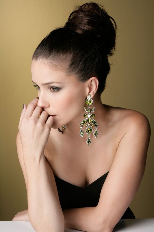 love the earrings! (is that b.davis from OTH?)