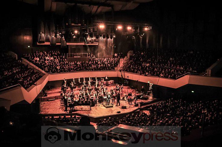 Jedes Jahr wieder etwas Besonderes ist der Klassik-Tag beim Gothic Meets Klassik in Leipzig. In diesem Jahr spielten im Gewandhaus Peter Heppner Sven Friedrich mit Solar Fake und Forced To Mode auf und bewiesen wieder einmal dass Elektronik und Orchestersound durchaus bestens harmonisieren können: http://monkeypress.de/2016/12/live/festivalberichte/gothic-meets-klassik-tag-2-samstag-leipzig-gewandhaus/