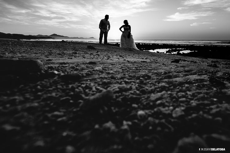 Trash the dress in black & white  #weddingsincabo #cabophotographer #chilenobeach #josafatdelatoba #caboweddings #loscabos #destinationweddings #trashthedress .