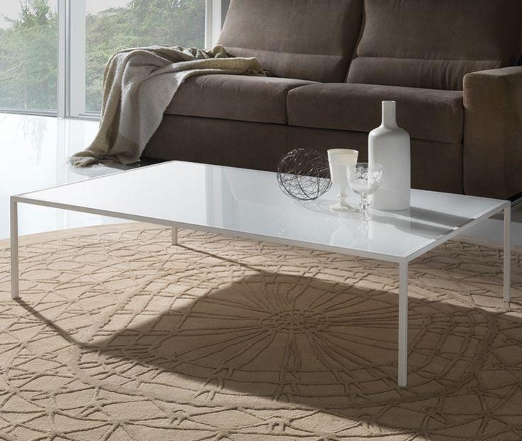 Tavolino da fumo adatto per salotto o come porta rivista in uffici o studi. Struttura in metallo verniciato bianco e cristallo extrawhite incassato