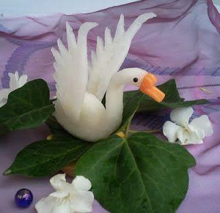tallado de frutas y verduras: Cisne tallado de nabo y zanahoria. se puede hacer un taller para decorar mesas de celebraciones.