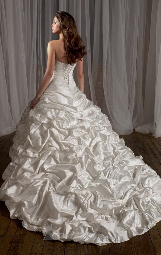 Wedding dress: Ball gown