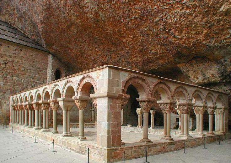 Monasterio de San Juan de la Peña, situado en Santa Cruz de los Serós, al suroeste de Jaca (Huesca), del Siglo XI, era el monasterio mas importante de Aragon en la Alta Edad Media. En su Panteon Real fueron encontrados un buen numero de Reyes de Aragon. Forma parte del Camino de Santiago. Segun la leyenda sobre el Santo Grial, este permaneció en el monasterio desde 1071 a 1399
