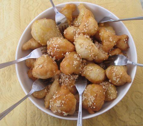 Diese süßen Hefeteigkugeln sind ein typisch griechisches Dessert. Traditionell war es auf Kreta nicht üblich nachmittags Kaffee und Kuchen...