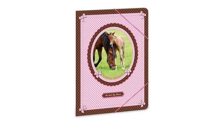 My Horse Lovas gumis mappa - A4 - Iratgyűjtők, Gumis mappák, Dossziék - Nebuló Tanszeráruház. A/4 méretű gumis dosszié iratok, füzetek tárolására. 350 gr-os vastag kartonból készült dosszié lekerekített első sarkokkal, színes gumi zárópánttal. Külseje négy színnel, matt fóliával és fényes lakkal nyomott.  Méret: 240x330 mm.