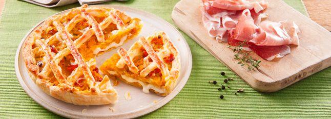 Preparazione Torta rustica ripiena di zucca, Fette alla Mozzarella e speck: Su una teglia ricoperta con la carta da forno porre la zucca tagliata in pezzi piuttosto grandi. Infornare a 160° per 15 in modo che si ammorbidisca.