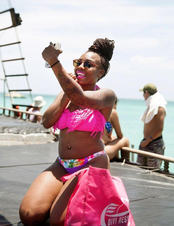 """Tjejhelg. """"It's all about having fun"""", förklarar amerikanskan Christy Taylor som bättrar på looken på ett piratskepp utanför Arubas kust. Foto: Pernilla Sjöholm."""