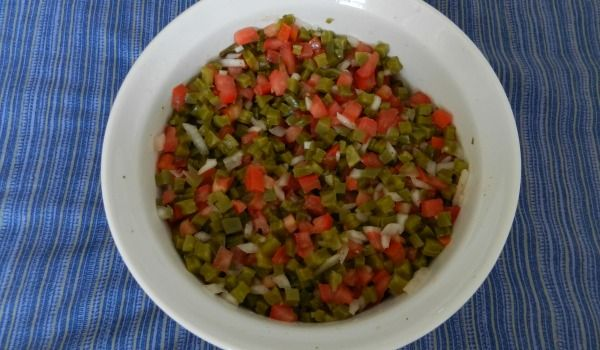 Ensalada de nopales, una ensalada muy mexicana, nutritiva y fresca. Comparto receta http://mamamoderna.com.mx/2012/05/ensalada-de-nopales.html