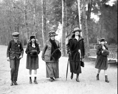 Familia paseando por el Parque del Retiro en 1920.