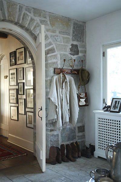 Love the rock wall in this mud room (valdirose: Il valore aggiunto)