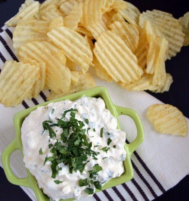 Si te gustan los sabores más aciditos, mezcla queso crema con pepinillos para hacer explotar tus papilas gustativas. | 14 Botanas fáciles de hacer que te encantarán si amas el queso