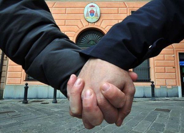 L'unione civile SALVA IL CLANDESTINO. Adesso non potrà essere espulso - http://www.sostenitori.info/lunione-civile-salva-clandestino-adesso-non-potra-espulso/260045
