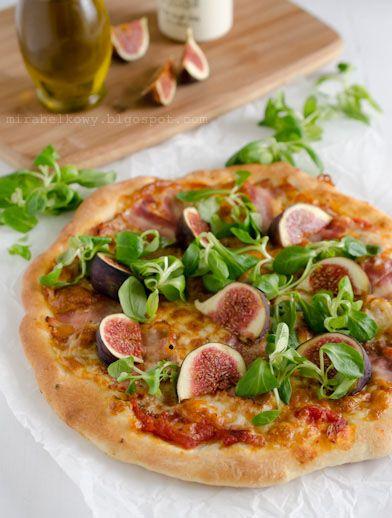 Pizza z boczkiem, figami i roszponką