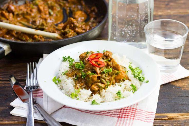 Recept voor kip voor 4 personen. Met zonnebloemolie, zout, water, peper, rijst, snijbonen, peterselie, pindakaas, tomatenketchup, ketjap manis, sambal en kipfilet