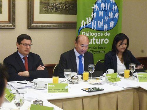 José Fernando Hoyos, moderador del evento, editor de la Revista Semana, Jaime Miguel Gonzalez Montaño, y Alicia Ramos, Coordinadora de comunicaciones de Coosalud Eps.