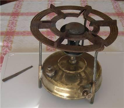 Fogão a petróleo. Minha mãe cozinhava numa máquina destas na habitação da escola. Mais tarde comprou um camping gás.