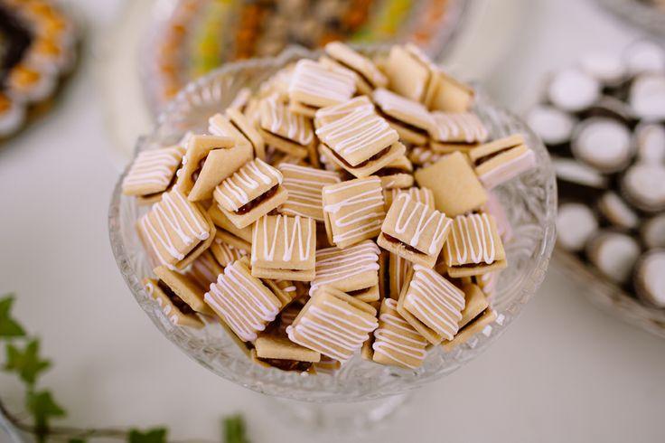 Deliciosos alfajores artesanales con manjar de leche y tiras de chocolate blanco...