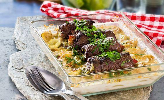 Underbart goda lövbiffsrulader lagade i samma form som en potatisgratäng med grädde, parmesan och vitt vin.