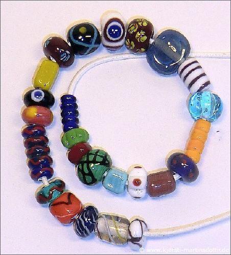 In der Siedlung Haithabu, in den Gräber und im Hafen wurden fast 9.000 Objekte aus Glas gefunden. Mehr als 7.000 davon waren Glasperlen. Darunter waren auch kleinste Perlen, die gerade mal 2 mm in Durchmesser haben. 77% aller Glasperlen sind einfarbig, nur 7,7 % sind mehrfarbig Perlen. Bei den restlichen Perlen handelt es sich um foliierte Perlen. Die bisher ausgegrabenen Glasperlen von Haithabu sind gut erforscht und dokumentiert, so dass man sehr gute Repliken anfertigen kann.