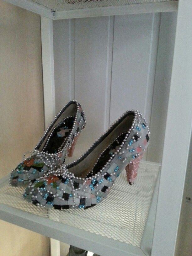 Vanhat kengät ja uusi ilme lasimosaiikilla.