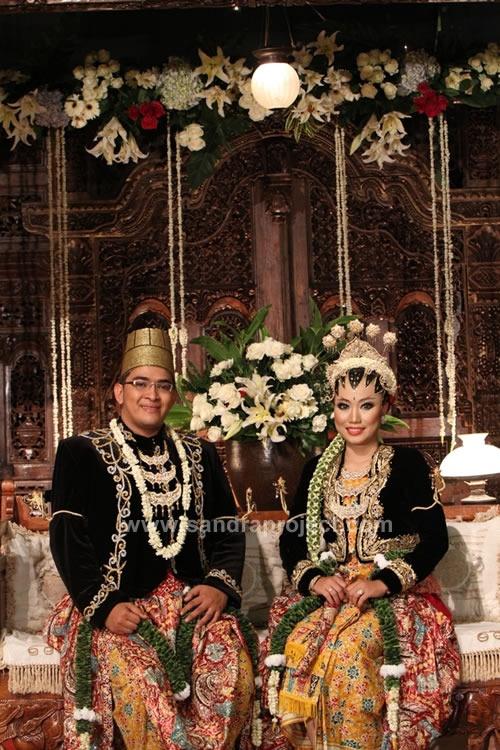 pengantin dengan busana Kanigaran Jogjakarta