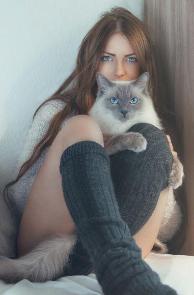 La chica con mirada felina que enamoró Francia