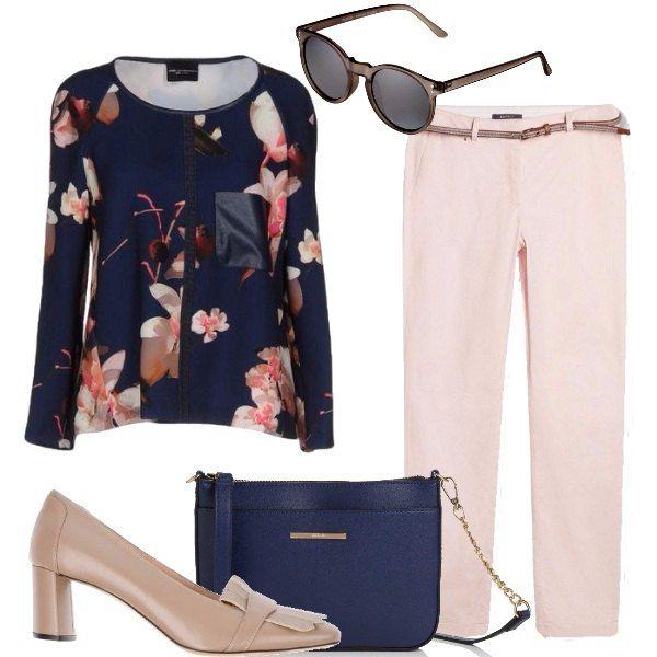 La bella maglia con grandi fiori e profilata è abbinata ai pantaloni rosa tenue con cintura, con le pieghe al fondo stanno bene coi mocassini alti, la tracolla blu e gli occhiali da sole.
