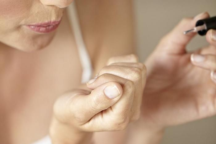 Mooi gelakte nagels maken je outfit helemaal af. Hoe je dat perfect doet, lees…