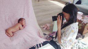 Nyfødtfotografering: Et varmt rom og en rolig stemning er to ingredienser Lena Gill hos Babyfotografene mener man må ha for å få en vellykket fotografering.