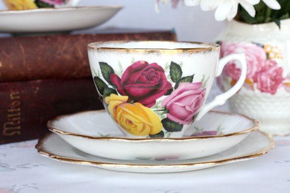 Trillende vintage thee set: Engels bone china kopje thee, schotel en plaat met heerlijke rozen en heldere gouden details